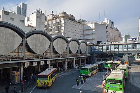 東京地下鉄7000系が停車する渋谷駅