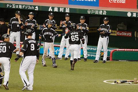 ホームランを打った緒方を迎える阪神ベンチ