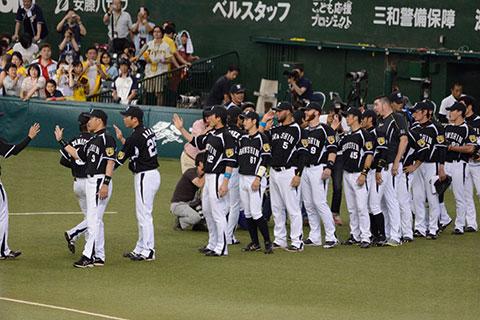 勝利を喜ぶ阪神選手たち